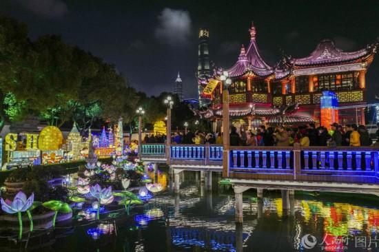2019上海豫园灯会人气旺 九曲桥上人流如织
