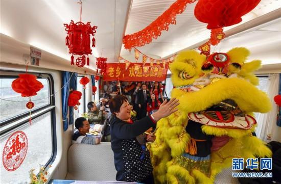 """(关注春运)(1)列车上的欢乐""""春节联欢会"""""""