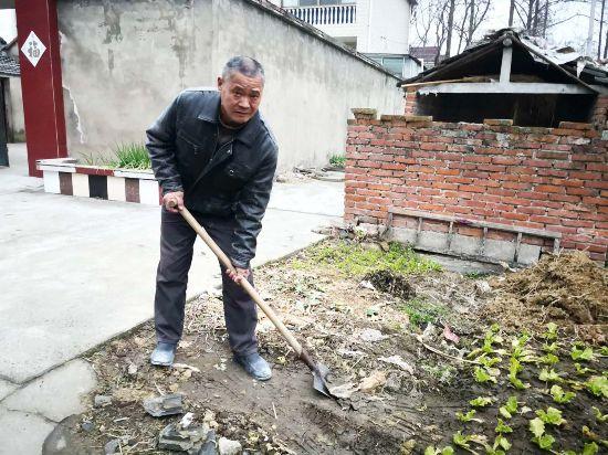 扬州六旬瓦工退还七万爱心款 村民曾捐款为其治病