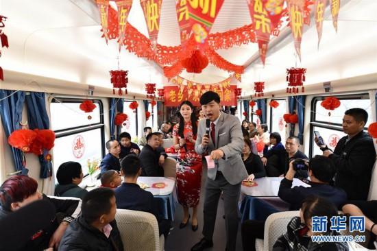 """(关注春运)(3)列车上的欢乐""""春节联欢会"""""""