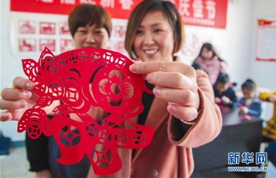 (社会)(3)河北永清:剪纸迎新年