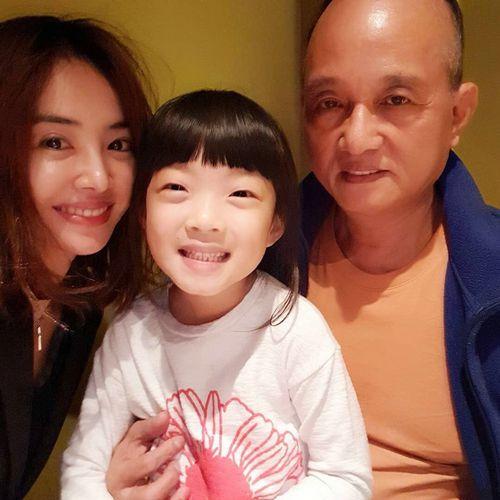 蔡依林晒与父亲合照 一家人聚在一起其乐融融