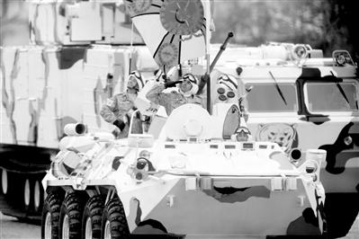 上圖:俄羅斯士兵駕駛北極部隊軍車。新華社發
