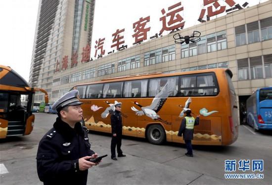 (社会)(1)上海:无人机助力交警执法
