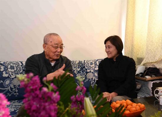 布小林走访慰问省级离休老同志向老同志们致以诚挚的节日问候