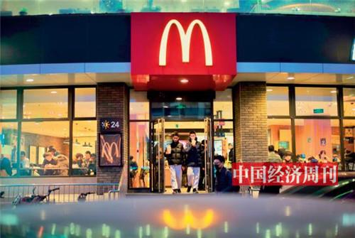 P30-五点左右,学校放学的孩子赶到麦当劳吃一顿快餐、做一会作业,然后背上书包奔赴各自的补习班。《中国经济周刊》首席摄影记者 肖翊  摄