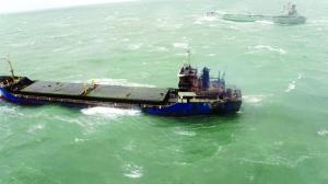 货轮在盐城附近海域失火11人被困 直升机救援