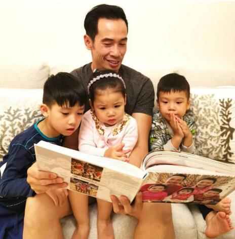 �茵微熬夜整理家庭相簿封面是穿著新年�b的全家福