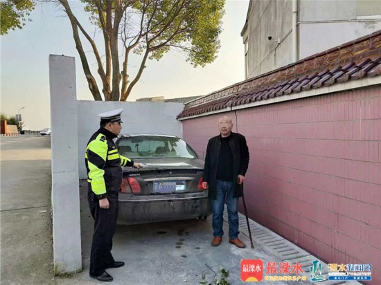 男子無証醉駕竟下車看熱鬧 不料遇到交警自投羅網.jpg