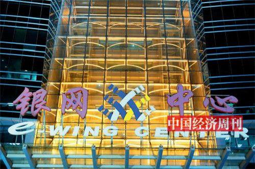 p33-1拥堵最严重的银网中心,同时也是课外机构的大本营。 这里驻扎着新东方、学而思、立思辰、高思、杰睿等数十家机构,上百间教室,几百张课桌。一个孩子就算不去公立校,也可以在这栋 20 层大楼里完成K-12 阶段的全部课程,甚至包括留学申请。《中国经济周刊》首席摄影记者 肖翊  摄