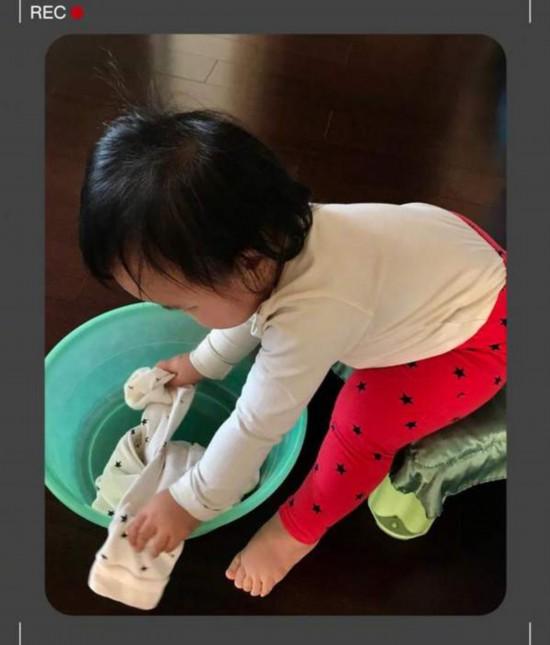 朱丹晒女儿洗衣服萌态 人小鬼大模仿欲强
