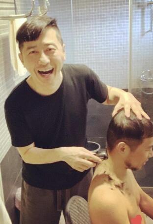 哈林化身发型师在家自己理发 买了一套专业的工具