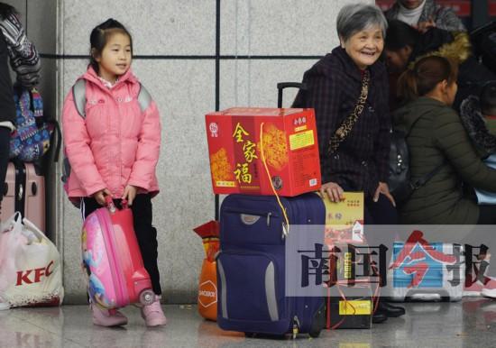 螺蛳粉、网红桶…… 春运行李装满温暖亲情(组图)