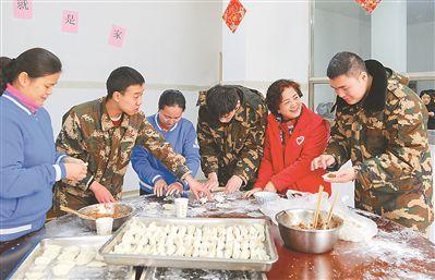 无锡志愿者和消防队员们一起包饺子迎春节