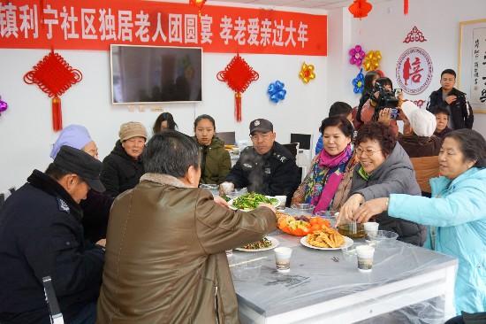 10多位老人共享爱心午宴迎新年
