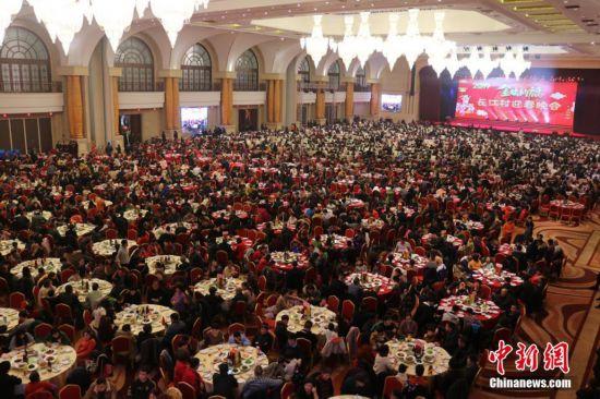 江苏江阴长江村邀3000余名村民共享团圆年夜饭