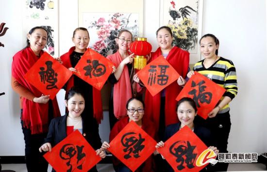 新春走基层:写对联迎春节送福送春送文化
