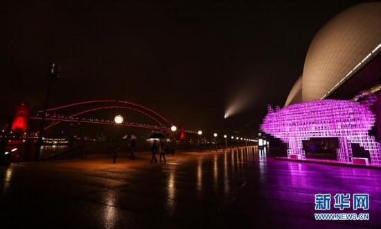 (国际)(1)悉尼海港大桥点亮中国红