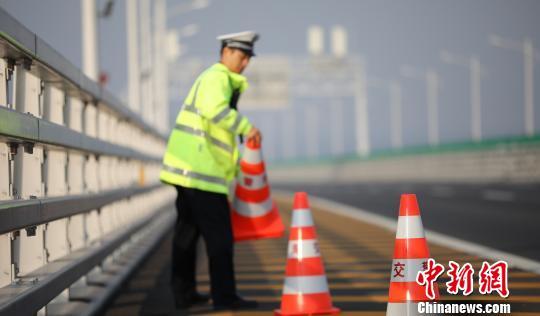 行走在港珠澳大桥上的守护者