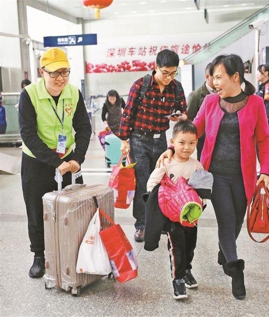 深圳青年志愿者服务旅客