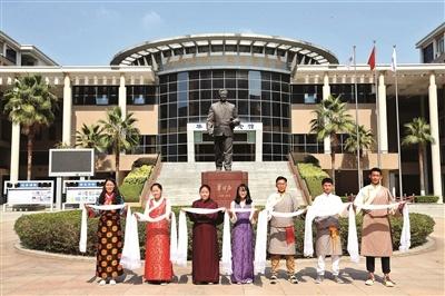 西藏班学生穿上藏服给大家拜年。