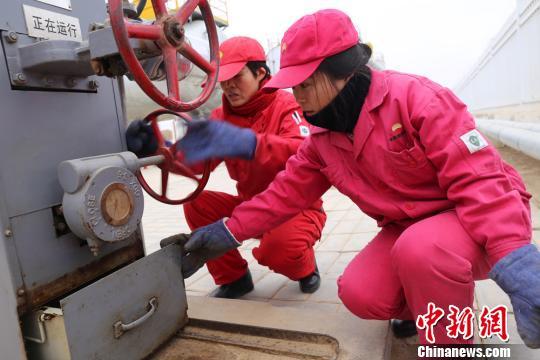 """长庆油田采油""""女子站"""":春节在岗牵挂家人"""