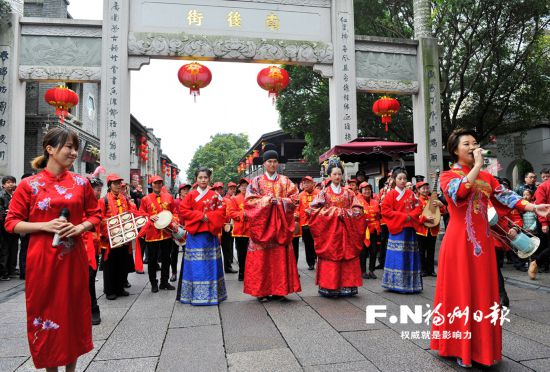 """传统汉式""""婚礼""""在福州三坊七巷热闹举行"""