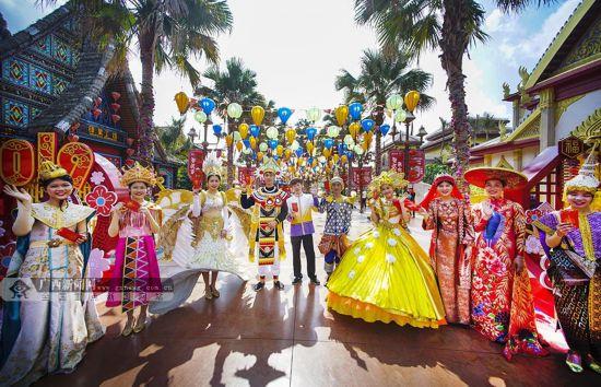 东南亚风情舞蹈在南宁上演 吸引众多市民游客(图)
