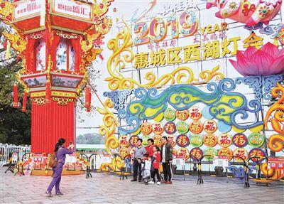 市民在惠州西湖游玩、合影。  本报记者汤渝杭 摄