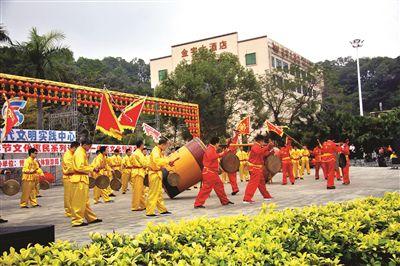 传承了500多年的横河花园大鼓敲起来。