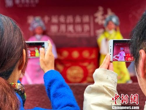 """中国春节热闹方式变迁:鞭炮声减弱 """"精神消费""""渐浓"""