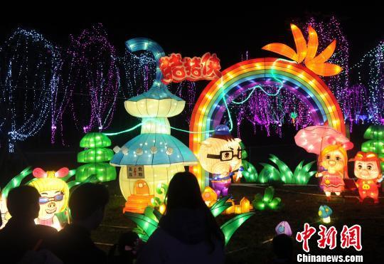 福建漳州大型花灯展吸引大量市民观赏