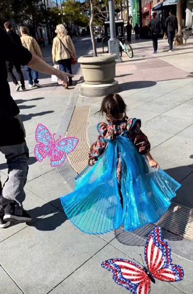 周杰伦女儿海瑟薇近照曝光 穿华丽服装似蝴蝶飞舞