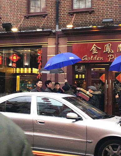 春节也开工!网友伦敦唐人街偶遇杨洋雨中拍戏