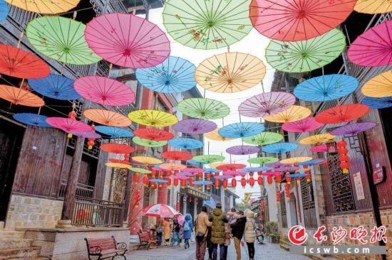 春节期间,靖港古镇成为市民体验湖湘年味的热门去处。陈飞 摄