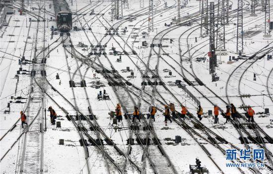 铁路职工坚守岗位 保障旅客安全出行