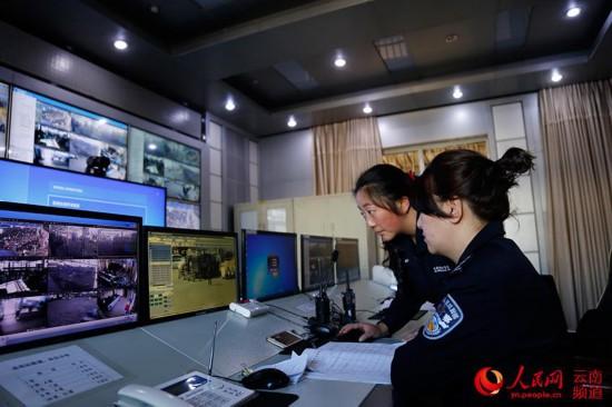 王禹力在监控大屏巡查时,正好看到丈夫张冲在站区巡逻。(人民网 李发兴 摄)