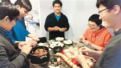 跟外国人一起包饺子 饮食文化搭起友谊之桥