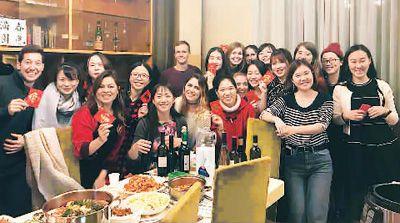 留学生海外庆祝春节邀外国朋友感受中国文化魅力