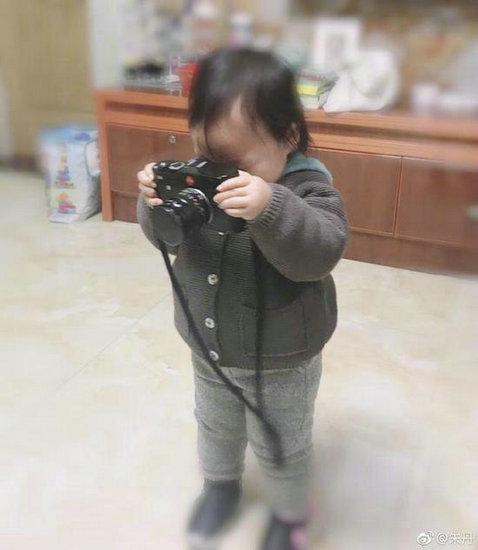 朱丹女儿拿相机模仿大人拍照 可爱十足萌翻网友