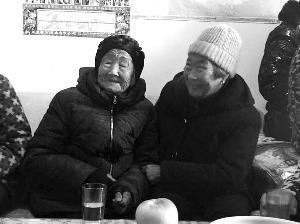 连云港赣榆百岁老人给74岁女儿压岁钱感动网友