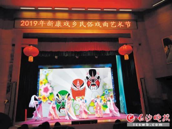 新康戏乡举办的戏曲民俗活动吸引众多游客品戏。  除署名外均为景区供图