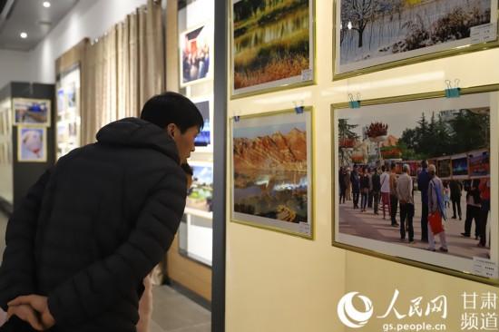 【新春走基层】兰州西固:百幅优秀摄影作品再现城市发展历程