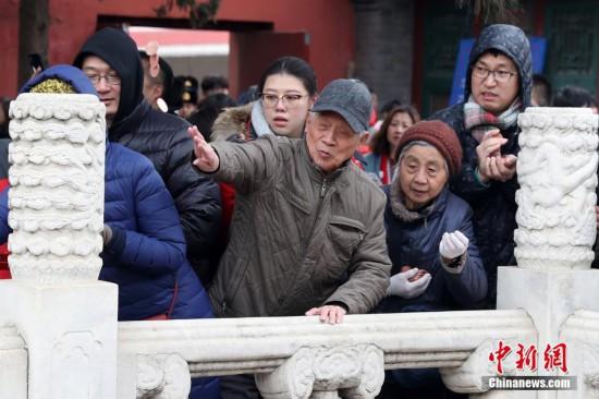 """北京市民白云观""""打金钱眼""""祈福"""