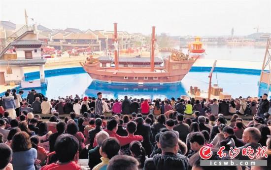 ↑春节期间,游客在铜官窑黑石号剧场观看《黑石号特技秀》,剧场内座无虚席。