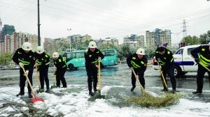 风雪中无锡城管队员、环卫工人等坚守岗位
