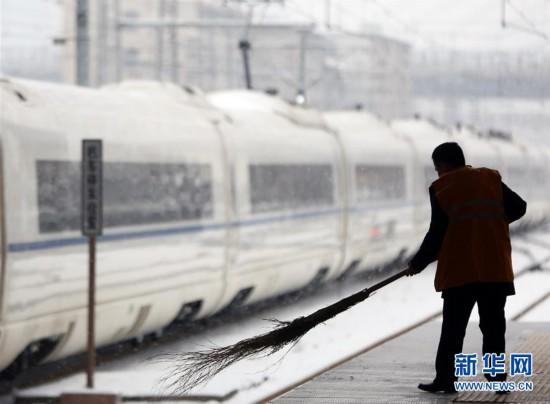 (社会)(4)铁路职工坚守岗位 保障旅客安全出行