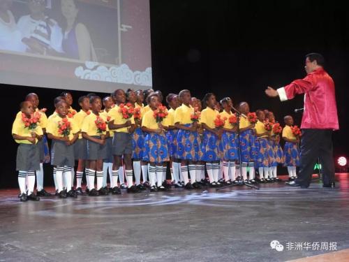 宋庆龄基金会赞助的黑珍珠孤儿演唱团演唱。