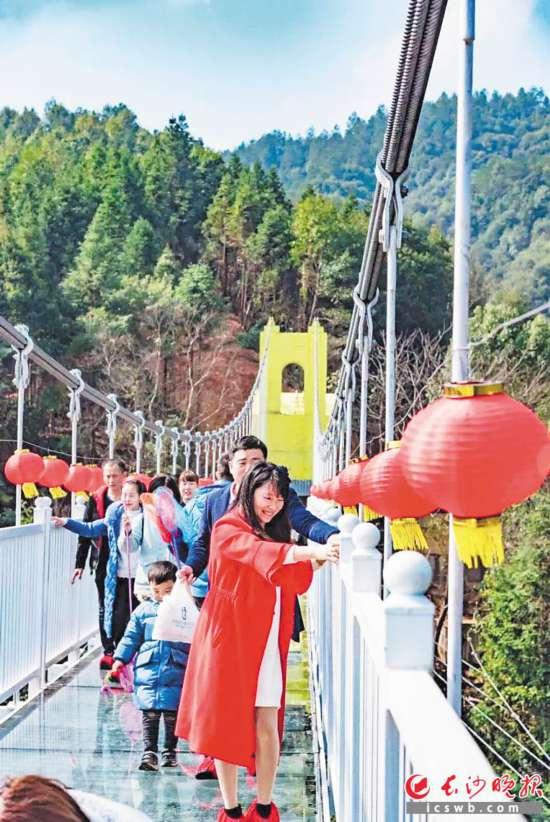 →春节假期期间,浏阳皇龙峡景区全新打造的浏阳首座5D全景玻璃桥、玻璃滑道项目正式开放,吸引很多游客尝鲜。景区供图