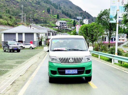 1月31日,草王坝至枫香镇的客运班车开通,村民不仅可以定点乘车,还可以电话预约出行。 本报记者 黄霞 摄